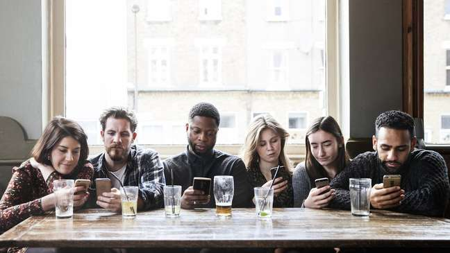 Muita gente se agarra ao celular como se fosse uma muleta, diz Fine.