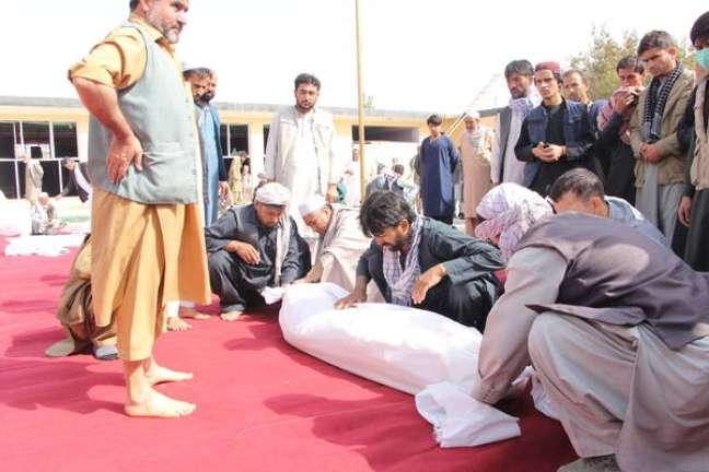 Funeral de vítima de atentado em Kunduz, no Afeganistão