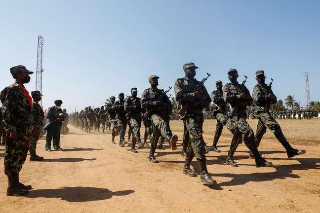 Soldados de Moçambique marcham em Pemba 25/09/2021 REUTERS/Baz Ratner