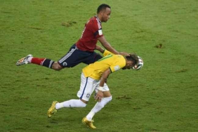 Entrada de Zúñiga nas costas de Neymar deixou o atacante quase dois meses sem jogar (Foto: ODD ANDERSEN / AFP)