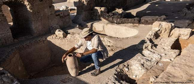 Avshalom Davidesko, da Autoridade de Antiguidades de Israel, examina ânfora encontrada nas escavações