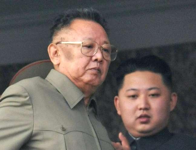 Ex-líder supremo norte-coreano Kim Jong-il com seu filho, Kim Jong-un, ao fundo