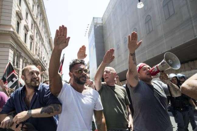 Militantes do Força Nova fazem 'saudação romana' durante protesto em 2017