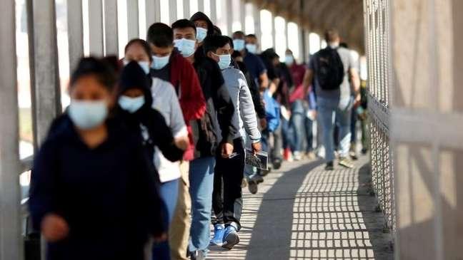 Migrantes expulsos dos EUA sendo mandados de volta ao México, sob a medida conhecida como Title 42 - que advogada diz se tratar de uma violação de direitos