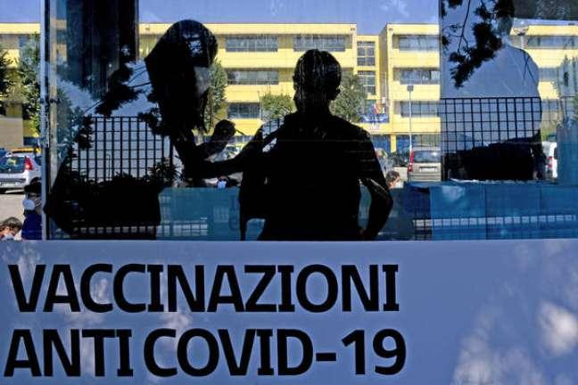 Centro de vacinação contra Covid para adolescentes em Nápoles, sul da Itália