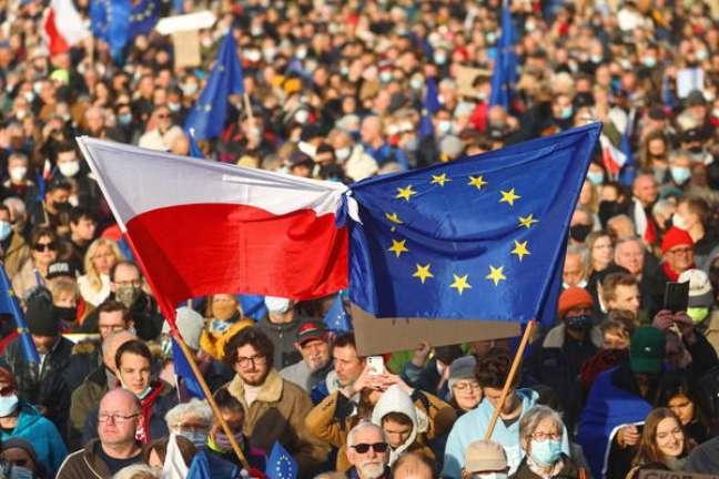 Milhares de pessoas foram às ruas para cobrar do governo o respeito às normas da UE