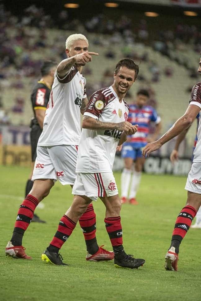 Pedro e Michael durante comemoração na vitória do Flamengo sobre o Fortaleza (Foto: Alexandre Vidal/Flamengo)