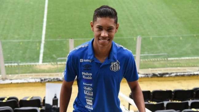 Vinícius Balieiro assinou a renovação de contrato com o Santos por mais quatro anos (Foto: Divulgação/Santos FC)