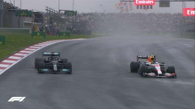 Sergio Perez e Lewis Hamilton disputando a quarta colocação