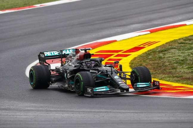 Hamilton e seus pneus intermediários já desgastados