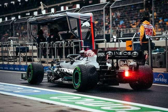 Hamilton sai dos boxes com pneus novos
