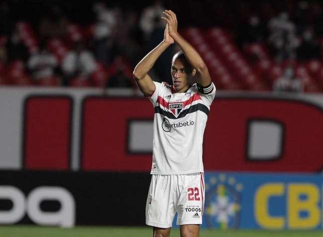 Miranda é um dos pendurados e corre o risco de ser desfalque contra o Corinthians (Foto: Rubens Chiri/saopaulofc)