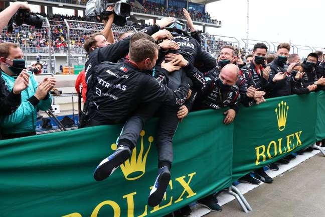 Valtteri Bottas comemora com a Mercedes sua vitória na Turquia