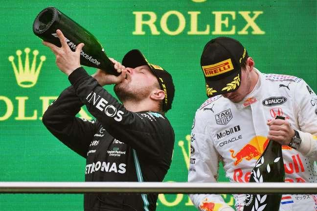 Valtteri Bottas e Max Verstappen no pódio do GP da Turquia