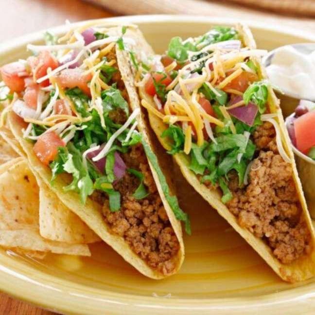 Aprenda como fazer tacos mexicanos em casa.