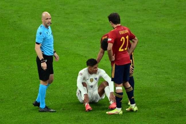 Varane se lesionou na final da Nations League (MIGUEL MEDINA / POOL / AFP)