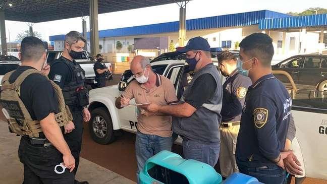 Brasileiro Chelbe Willams Moraes escreve em documento ao ser expulso do Paraguai 07/06/2021 Dirección General De Migraciones  Paraguay/Handout via REUTERS/Files