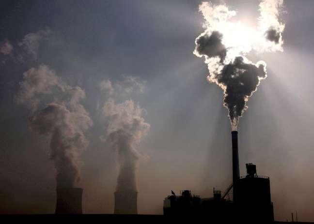 Fábrica que usa carvão na cidade de Baotou, na China 31/10/2010.  REUTERS/David Gray