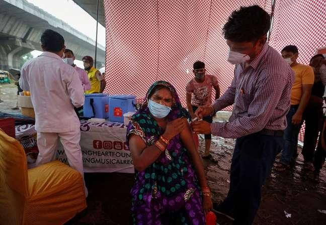Mulher recebe dose de vacina Covaxin em posto de vacinação em Nova Délhi. 31/08/2021. REUTERS/Adnan Abidi