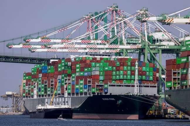 Porto de Los Angeles congestionado nos EUA 29/09/2021.  REUTERS/Mike Blake