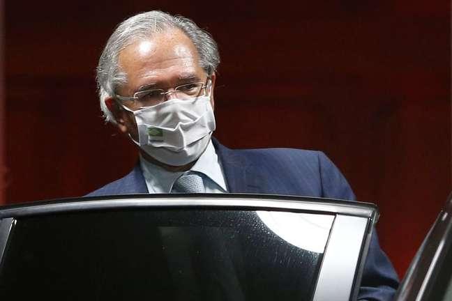Ministro Paulo Guedes, na frente do ministério em Brasília 5/10/2021 REUTERS/Adriano Machado