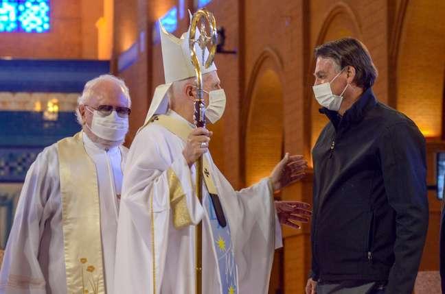 Bolsonaro vai a Aparecida e ouve sermão crítico em missa