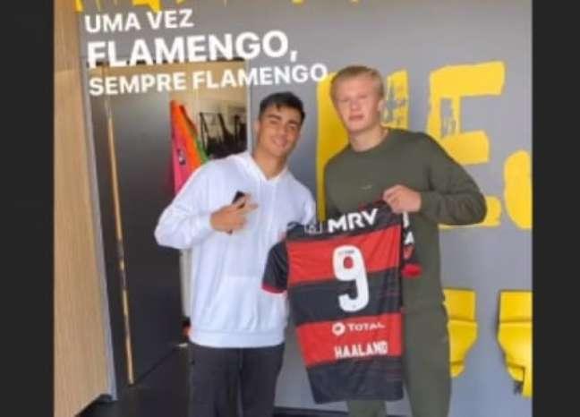 Haaland recebendo a camisa do Flamengo de Reinier (Foto: Reprodução / Instagram)