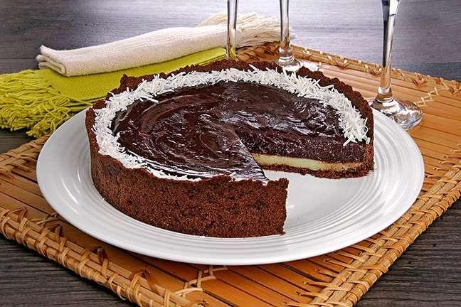 Guia da Cozinha - Receita de torta de chocolate com coco cremosa