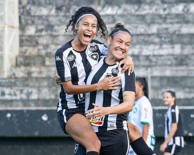 Botafogo Feminino em ação contra o Serra Macaense (Foto: Jhonathan Jeferson)