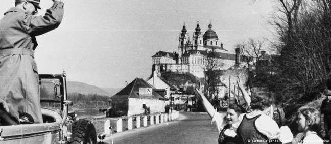 Após a anexação da Áustria em 1938, Hitler fez um tour pelo país e foi recebido com celebrações em diversos locais