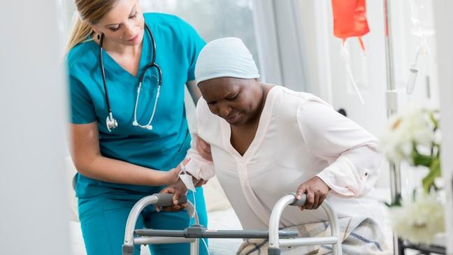 Os cuidados paliativos podem ser ofertados a qualquer paciente que lida com uma doença que ameaça a vida