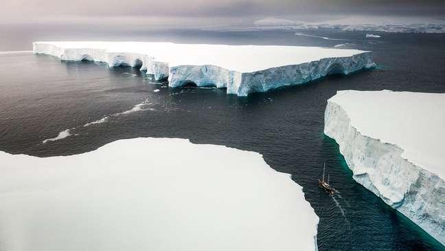 As partes claras da Terra, como os polos, onde há geleiras, refletem a luz do sol