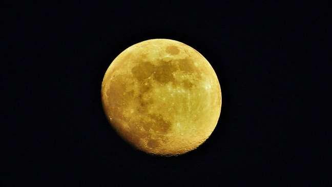 Os cientistas calcularam o albedo medindo a luz do sol que a Terra reflete na lua
