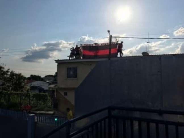 Torcedores subiram no teto de uma casa próxima do estádio para ver o treino (Foto: Sergio Santana/LANCE!)