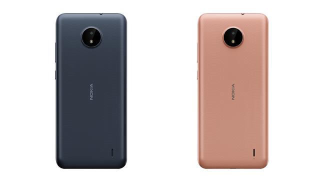 Traseira do Nokia C20; smartphone tem cor azul e dourado
