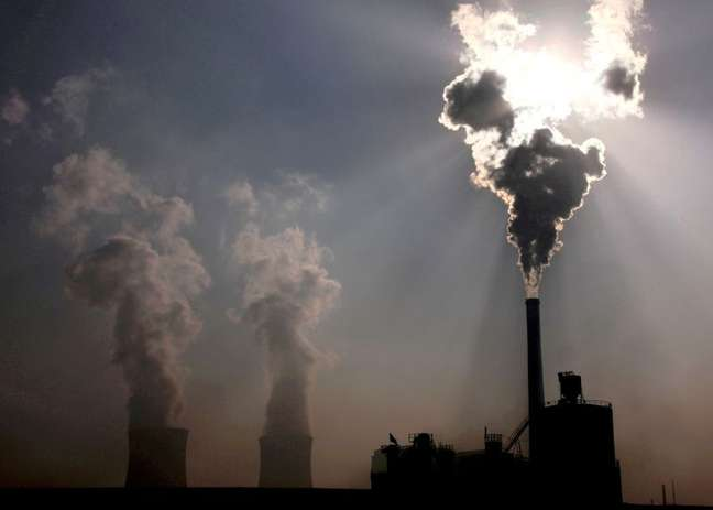 Usina de energia movida a carvão na cidade de Baotou, na região autônoma chinesa da Mongólia Interior 31/10/2010 REUTERS/David Gray