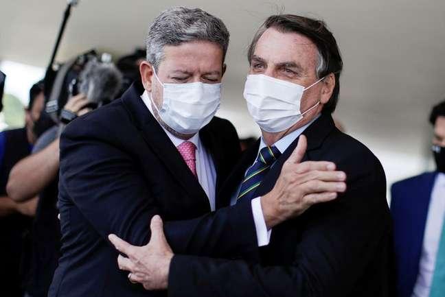 Presidente da Câmara dos Deputados, Arthur Lira, abraça presidente Jair Bolsonaro em Brasília 25/03/2021 REUTERS/Ueslei Marcelino