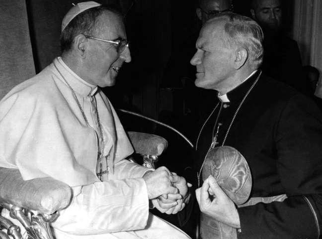 Papa João Paulo 1º em encontro com o então cardeal Karol Wojtyla, que o sucedeu como pontífice 16/10/1978 REUTERS/Vaticano/Arquivo
