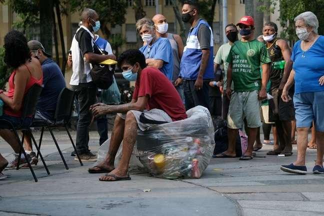 Pessoas aguardam para receber dose da vacina contra a Covid-19 da AstraZeneca durante campanha de vacinação de moradores de rua no centro do Rio de Janeiro  27/05/2021 REUTERS/Ricardo Moraes