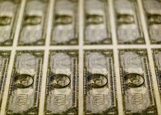 Cédulas de dólar em centro de impressão em Washington  14/11/2014 REUTERS/Gary Cameron
