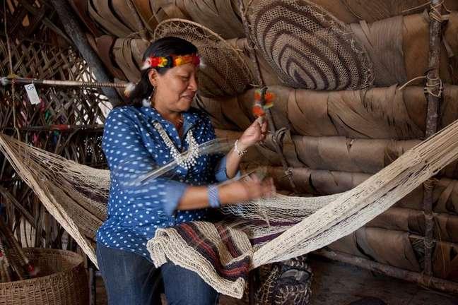 Indígena waorani do Equador exibe trabalho em cidade de Coca 15/08/2013 REUTERS/Guillermo Granja