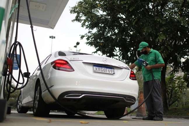 Frentista abastece carro em posto de gasolina no Rio de Janeiro 09/09/2021 REUTERS/Pilar Olivares