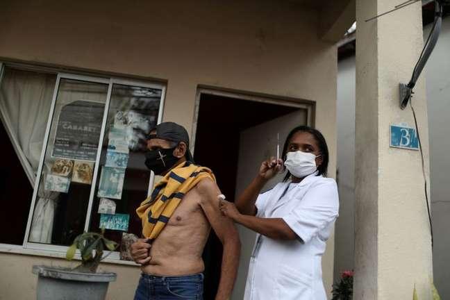 Bailarino e coreógrafo Andre Luiz da Silva Oliveira, 70, recebe a terceira dose da vacina contra a Covid-19 no Retiro dos Artistas no Rio de Janeiro  01/09/2021 REUTERS/Pilar Olivares