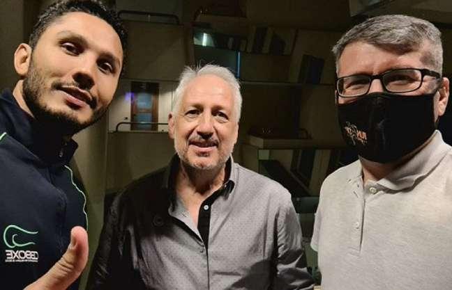 Marcos Cândido (centro), ao lado de Mateus Alves, headcoach da CBBoxe, e do ex-presidente da Federação Paulista de Boxe (Foto: Divulgação)