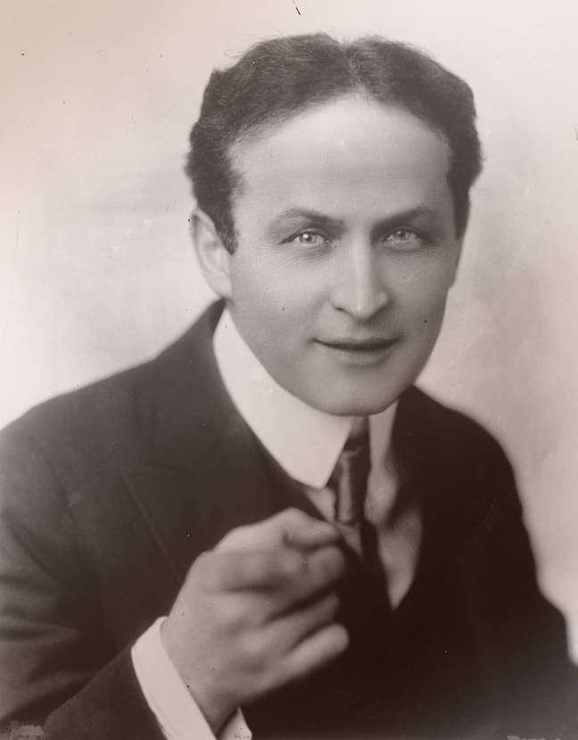 Harry Houdini (1874-1926), mágico e escapista americano nascido na Hungria