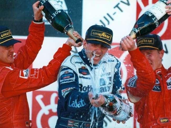 Damon Hill festeja seu único título mundial de F1, após vencer o GP do Japão de 1996