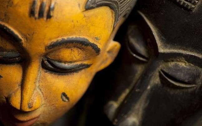 A foto mostra uma máscara que representa um orixá -