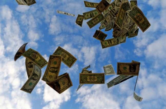Notas de dólares dos EUA são lançadas para cima perto de Sevilla, Espanha 16/11/2014 REUTERS/Marcelo Del Pozo/Arquivo