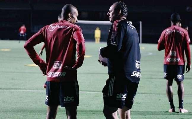 Rogério Ceni conversa com Miranda durante treino (Foto: Rubens Chiri / saopaulofc)