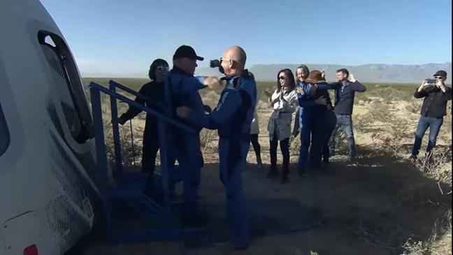 Bezos foi quem abriu a porta da cápsula para recepcionar os tripulantes